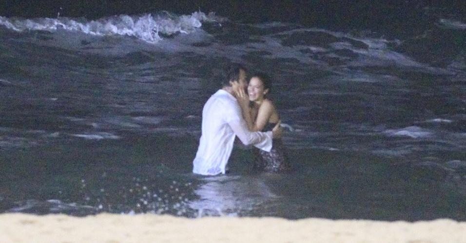 21.mai.2014 - Bruna Marquezine e Gabriel Braga Nunes gravam cenas no mar da praia do Recreio