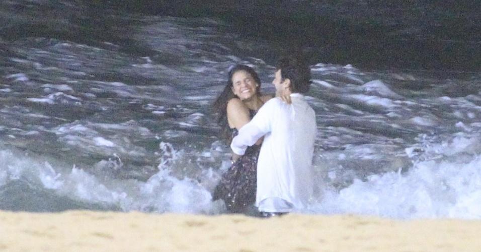 21.mai.2014 - Bruna Marquezine e Gabriel Braga Nunes se divertem no mar ao gravar cenas de Luiza e Laerte