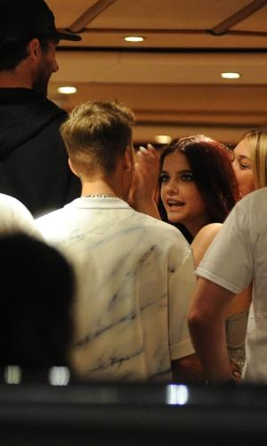 21.mai.2014 - Justin Bieber conversa com a modelo Barbara Palvin durante festa no iate do estilista Roberto Cavalli, em Cannes