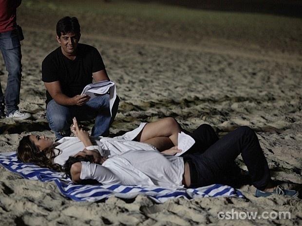 21.mai.2014 - O diretor Adriano Melo passa instruções sobre a cena a ser gravada