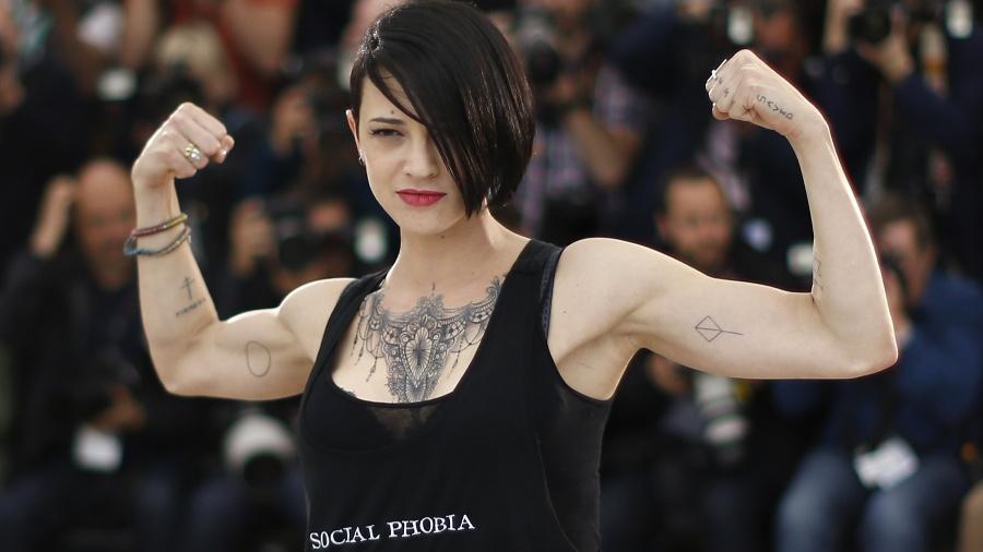 Asia Argento mostra tatuagens e músculos em foto registrada em Cannes, em 2014 - AFP