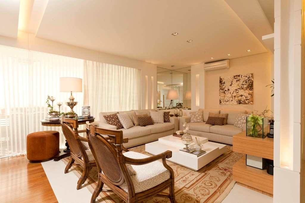 Bege claro é a base da decoração desta sala, composta também por elementos marrons, brancos e amadeirados. O projeto da arquiteta Cilene Monteiro Lupi ganha dinamismo pela conjunção de texturas e padronagens