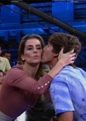 "Vencedor do concurso ""Garoto Boogie Oogie"", Brenno Leone ganha beijo de Deborah Secco"