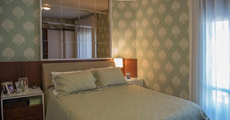Foi o enxoval pistache de um hotel que inspirou a decoração deste quarto. Para atender ao desejo da cliente, Elaine Gonzalez, do escritório UMM Arquitetura, buscou o papel de parede com base verde e a roupa de cama em tom próximo, com textura.