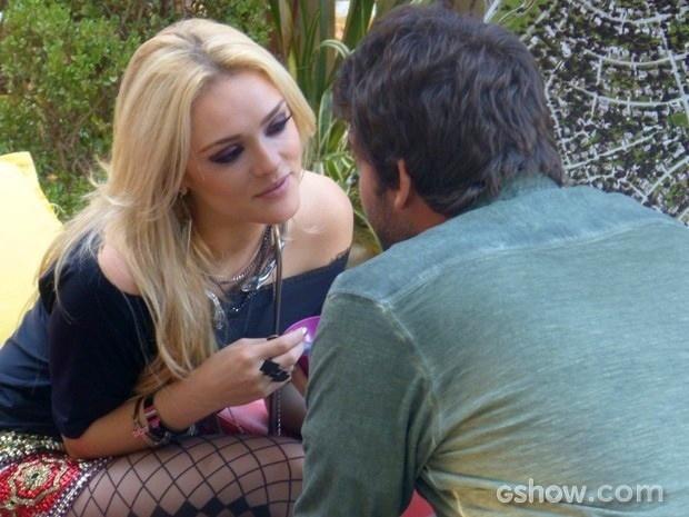 Megan ataca Davi e quase rola um beijo entre os dois