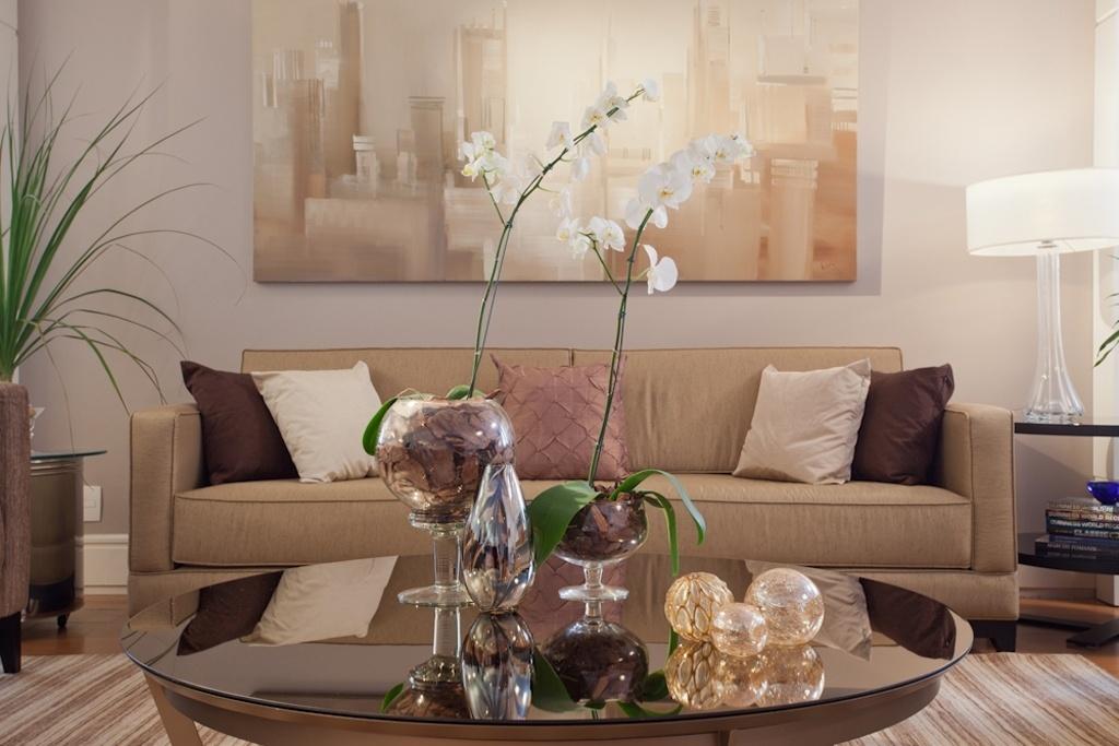 Na proposta das arquitetas Ana Rozenblit e Sabrina Salles, da Spaço Interior, tons de beges e pitadas de marrom aquecem o living. O branco aqui é um requadro para as cores que deixaram o ambiente acolhedor, como desejava o cliente