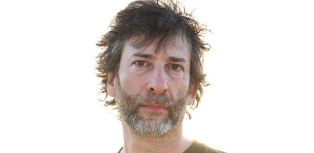 O escritor Neil Gaiman em visita a campos de refugiados na Jordânia - Divulgação