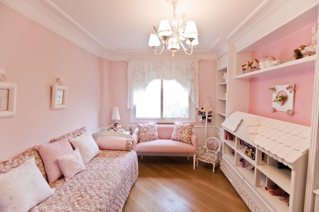 Variações do rosa em tons clarinhos proporcionam uma atmosfera delicada ao quarto de brinquedos, planejado pela arquiteta e designer Maitê Maiani. Para criar volumes e texturas, o matiz predominante foi associado a detalhes em branco e aplicado às estampas florais