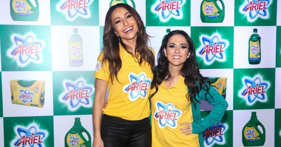 23.mai.2014 - A apresentadora Sabrina Sato e a atriz Tatá Werneck posam durante evento publicitário de uma marca de produtos de limpeza em São Paulo