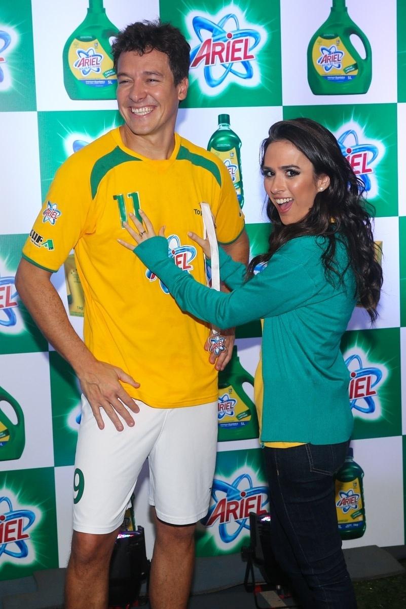 23.mai.2014 - A atriz Tatá Werneck brinca com o apresentador Rodrigo Faro ao posar para foto durante evento publicitário de uma marca de produtos de limpeza em São Paulo