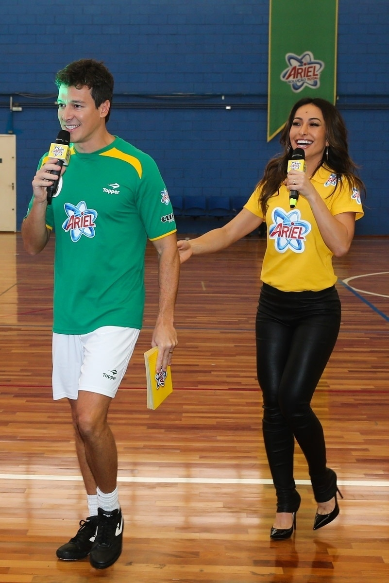 23.mai.2014 - Os apresentadores Rodrigo Faro e Sabrina Sato comandam evento publicitário de uma marca de produtos de limpeza em São Paulo