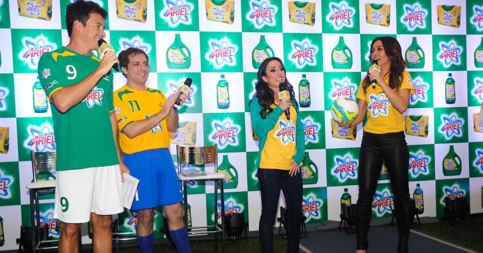 23.mai.2014 - Os apresentadores Rodrigo Faro e Sabrina Sato e os atores Tatá Werneck e Gregório Duvivier participam de evento publicitário de uma marca de produtos de limpeza em São Paulo
