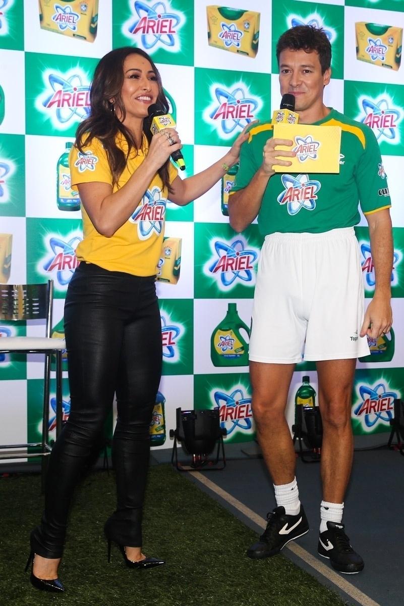 23.mai.2014 - Os apresentadores Rodrigo Faro e Sabrina Sato participam de evento publicitário de uma marca de produtos de limpeza em São Paulo