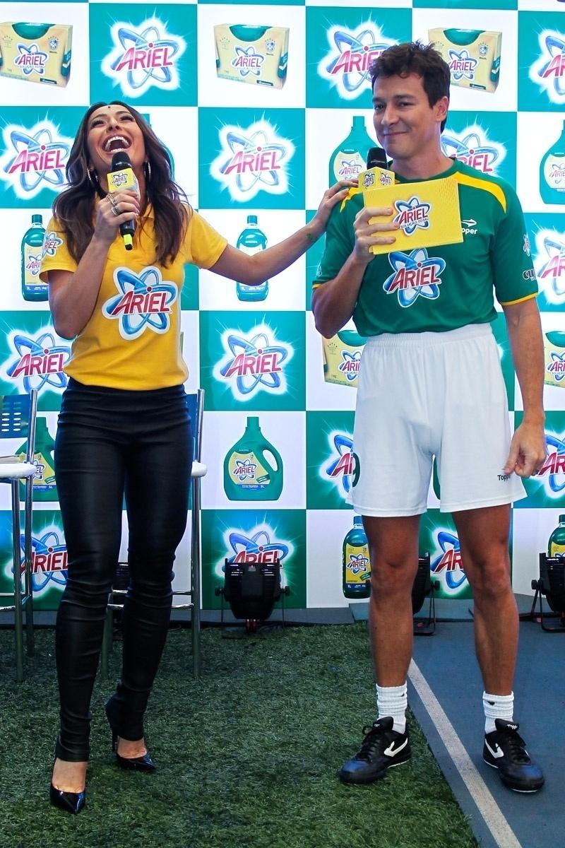 23.mai.2014 - Os apresentadores Sabrina Sato e Rodrigo Faro divertem-se durante evento publicitário de uma marca de produtos de limpeza em São Paulo