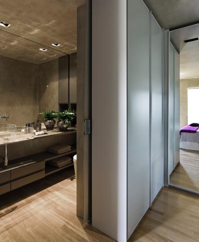 A divisão entre o banheiro e o quarto do proprietário se dá pelo closet e por uma porta de correr em vidro, instalada entre o armário e a parede. O projeto de reforma do Loft Vila Leopoldina leva a assinatura do arquiteto Diego Revollo