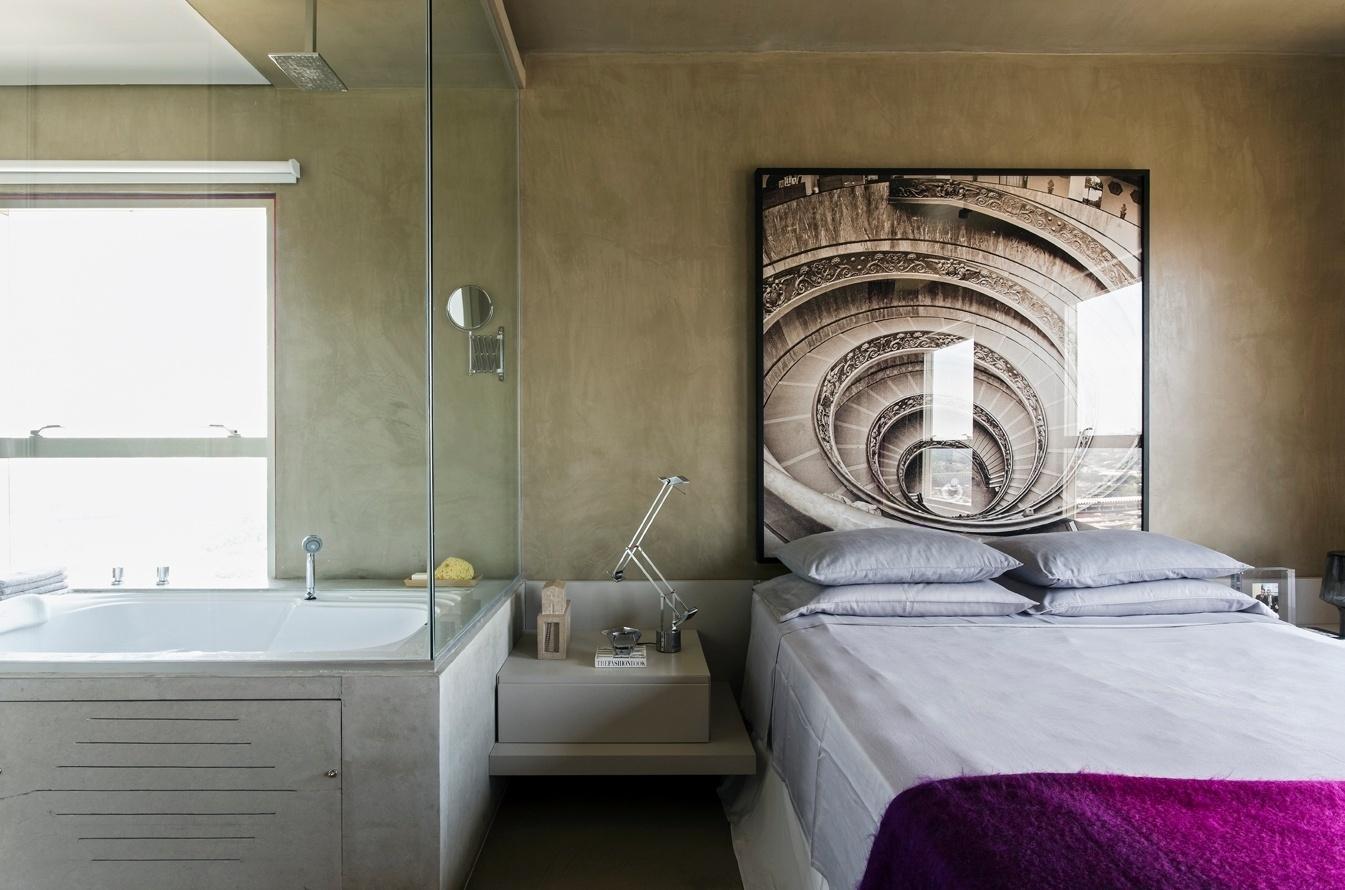 A suíte do proprietário oferece todo o conforto, incluindo a presença da banheira dentro do quarto, um desejo do jovem ator dono do apê, que resultou numa atmosfera de spa. O projeto de reforma do Loft Vila Leopoldina leva a assinatura do arquiteto Diego Revollo