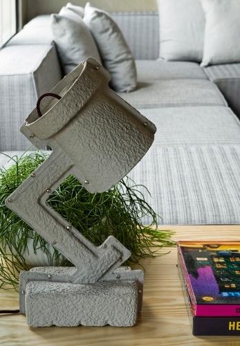 Com desenho origina de Victor Vetterlein, a luminária Trash Me é de papel reciclado e está à venda na On Light. O loft Vila Leopoldina tem projeto de reforma do arquiteto Diego Revollo