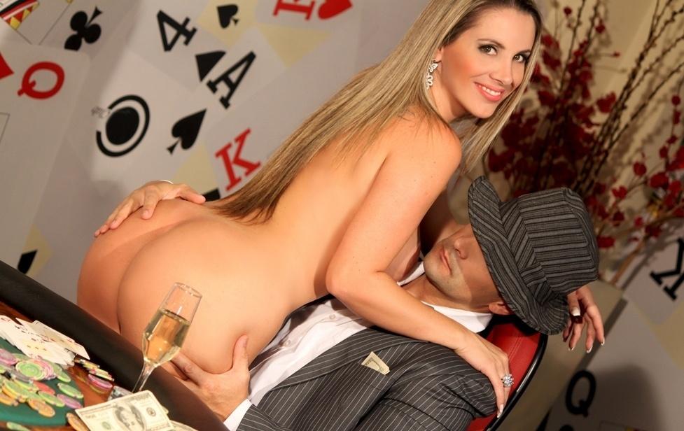 Faby Monarca com o marido Marcos Oliver em ensaio sensual que fez para a revista