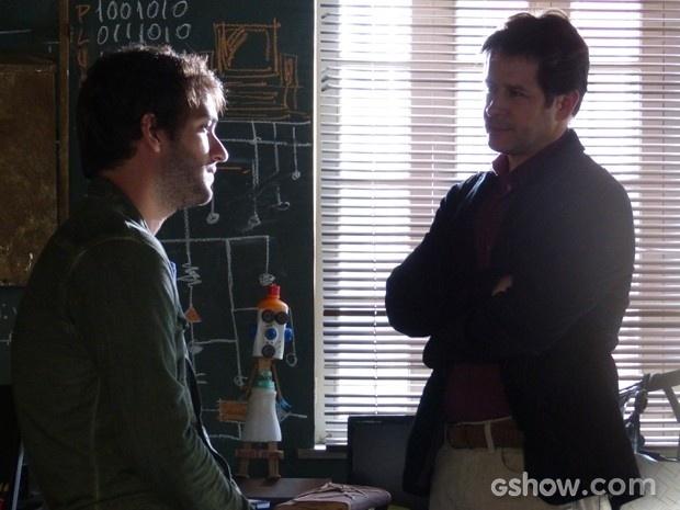 Jonas invade casa de Davi e avisa que as portas de sua empresa estão abertas para ele
