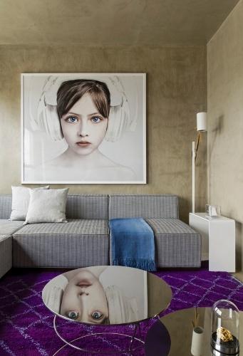 O mix equilibrado de cores deu vida ao estar, que ganhou conforto com o sofá em