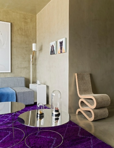 O traçado em linhas curvas da cadeira Wiggle, desenhada pelo arquiteto Frank Gehry e executada em papelão pela Vitra, dá um ar vanguardista ao Loft Vila Leopoldina, que tem projeto de reforma assinado pelo arquiteto Diego Revollo