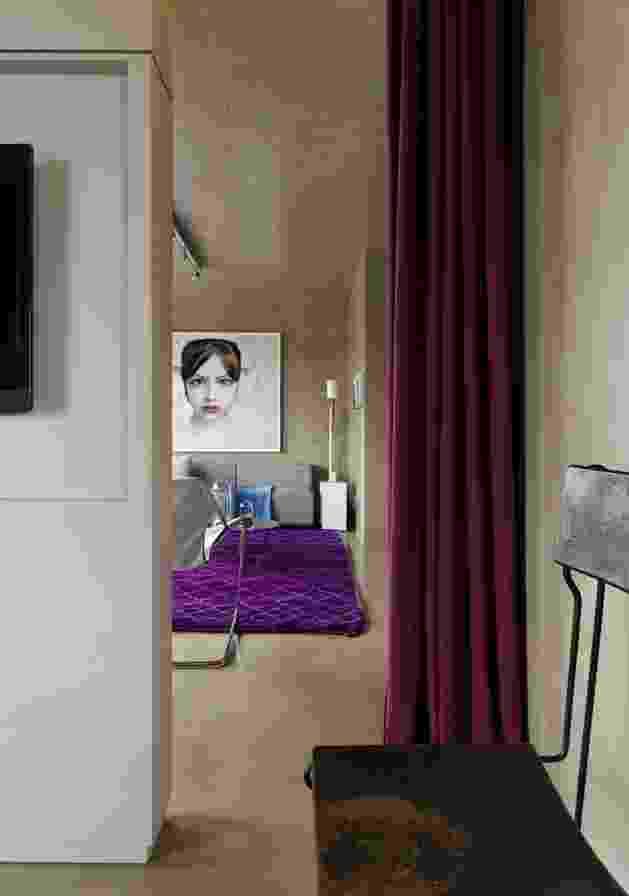 Para delimitar o espaço entre o quarto e o living, o arquiteto Diego Revollo, responsável pelo projeto de reforma do Loft Vila Leopoldina, criou uma solução original: instalou um painel ladeado por cortinas de linhão, da Regatta, no tom vinho escuro, dando um ar teatral ao conjunto - Alain Brugier/ Divulgação