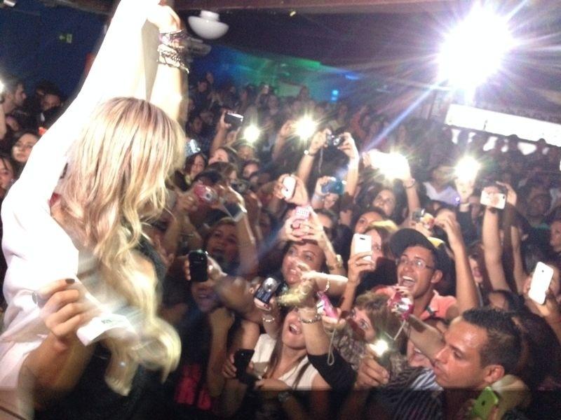 23.mai.2014 - A ex-BBB Vanessa reuniu centenas de pessoas dentro de uma boate, em Belo Horizonte, Minas Gerais, e causa tumulto entre eles