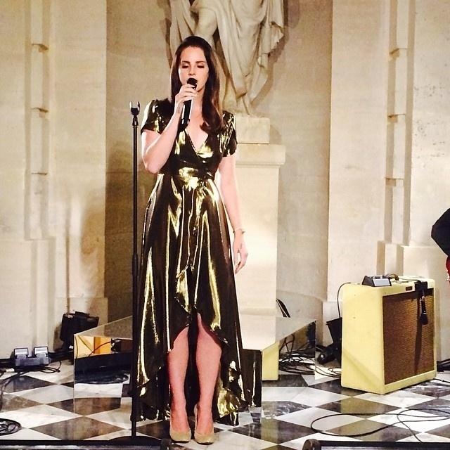 23.mai.2014 - Cantora Lana Del Rey participou de cerimônia pré-nupcial e cantou música especialmente para Kim Kardashian, no Palácio de Palácio de Versailles, na França
