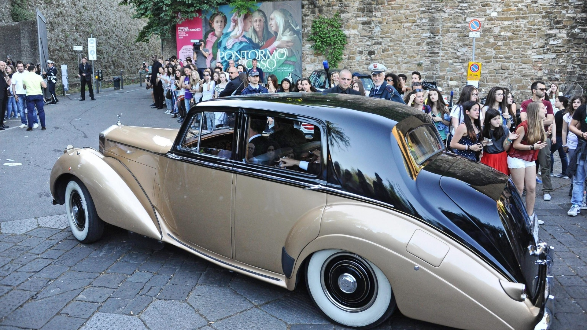 24.mai.2014 - Curiosos se aglomeram em hotel de Florença, onde convidados do casamento partem para o casamento no Forte di Belvedere