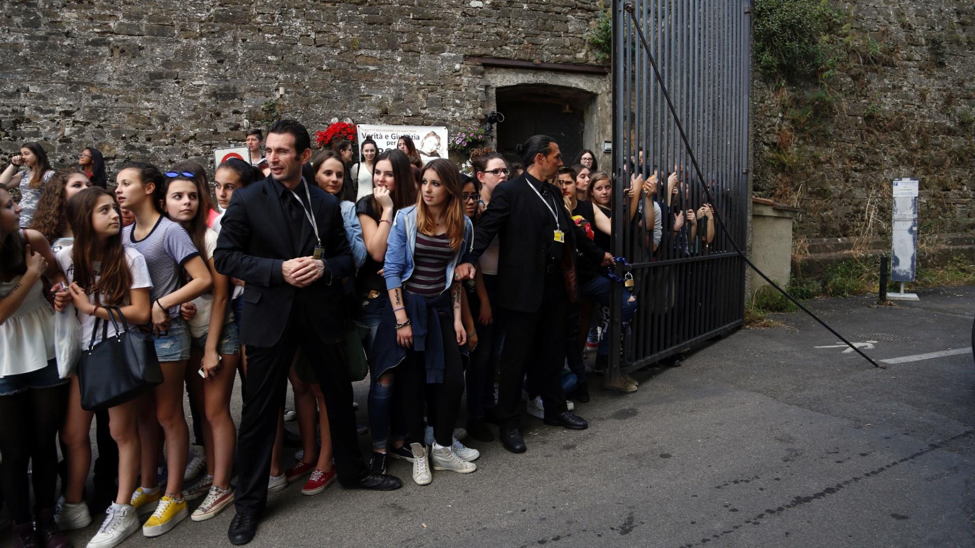 24.mai.2014 - Multidão se aglomera na porta do Forte di Belvedere para acompanhar a chegada dos convidados ao casamento. A cerimônia foi fechada para família e os convidados são pouco conhecidos dos moradores, mas o evento movimentou a cidade italiana
