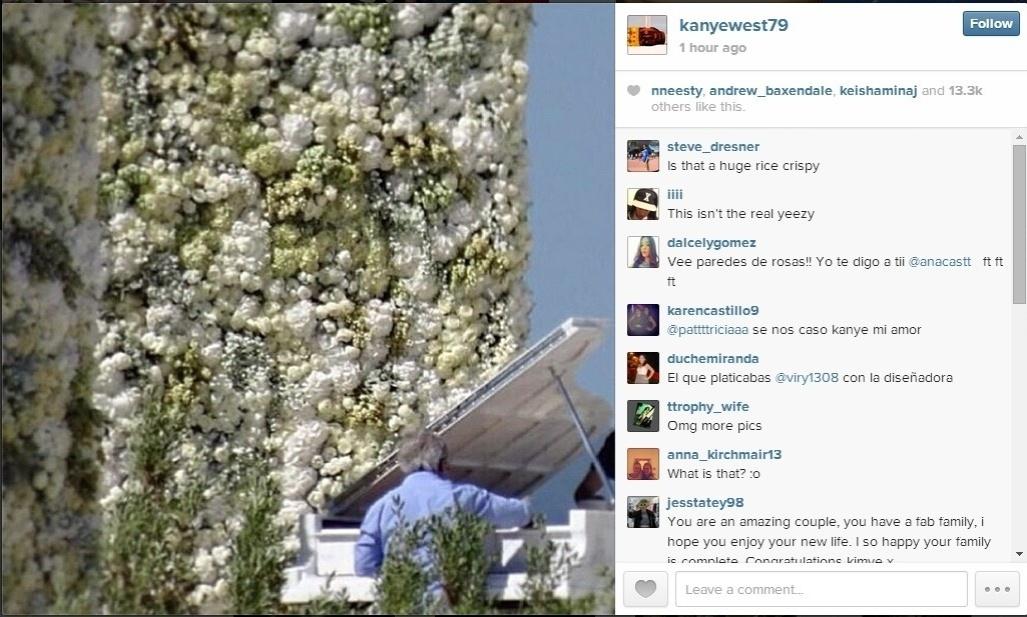 24.mai.2014 - O noivo Kanye West publica em seu Instagram imagem que mostra o piano e parte do altar, com uma parede coberta de flores