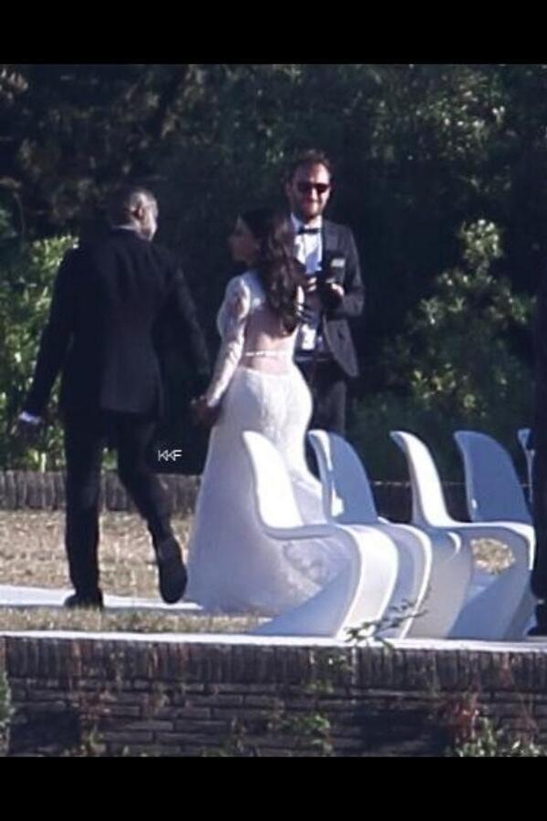 24.mai.2014 - Flagra divulgado nas redes sociais mostra Kim Kardashian e Kanye West durante casamento em Florença, na Itália
