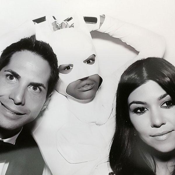 24.mai.2014 - Joe Francis e Kourtney Kardashian tiram foto com o ator Jaden Smith, vestido de