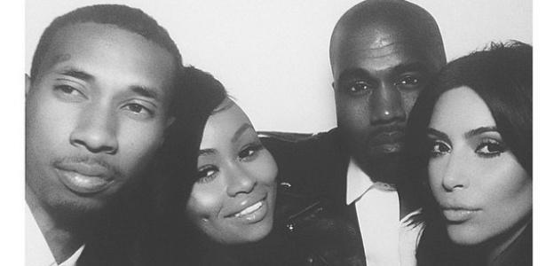 24.mai.2014 - Kanye West e Kim Kardashian recepcionaram convidados com fotos exclusivas e em preto e branco. Nesta, o casal posa com a modelo e stripper Black Chyna e o músico T-Raww