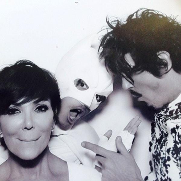 24.mai.2014 - Kris Jenner (à esquerda) no casamento da filha Kim Kardashian com o rapper Kanye West. Antes da cerimônia, ela tirou foto com Jaden Smith (ao centro) vestido de