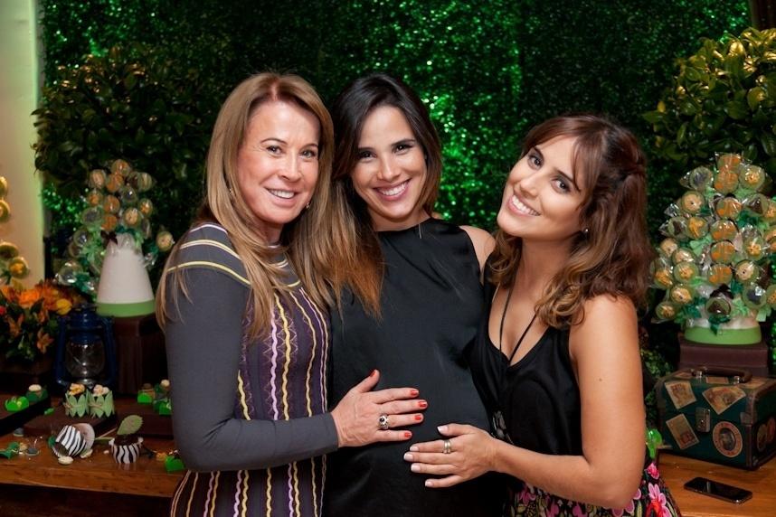 24.mai.2014 - Wanessa recebe mimo da mãe Zilu e a irmã Camilla durante chá de bebê, em sua residência, em São Paulo