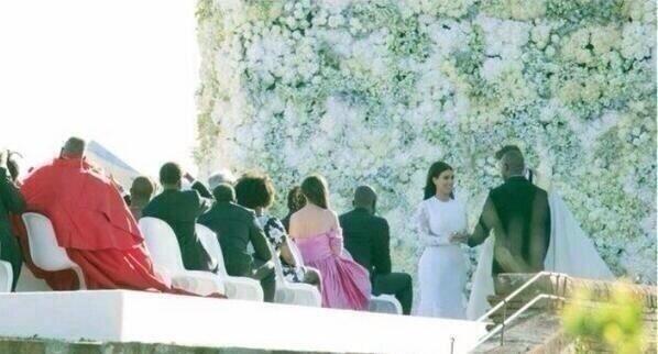 24.mai.2014 - Foto divulgada nas redes sociais mostra Kim Kardashian e Kanye West no momento do
