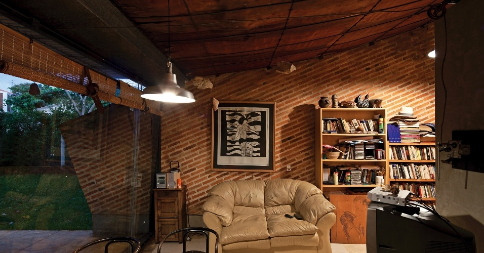 A sala de estar separa-se da varanda por folhas de vidro. A decoração, em tons de bege, marrom, e móveis de demolição, acompanha a linguagem arquitetônica de reaproveitamento de materiais de construção. Até a cerâmica do piso é reaproveitada. Sob a chapa metálica inteiriça que faz a cobertura, foi previsto um forro de folha de madeira, que também está apoiado na rede de finas barras de aço. A casa Hamaca foi projetada por Javier Corvalán, para morada de seu sogro, um escritor paraguaio