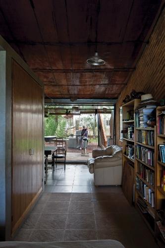 A inclinação estrutural da casa Hamaca tem a finalidade de produzir um esquema de circulação livre entre fundos e frente da residência, desde a varanda, passando por estar, dormitório e escritório. O projeto de arquitetura é de Javier Covalán