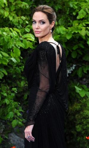 8.mai.2014 - Angelina Jolie participa de festa beneficente com exibição de cenários e figurinos de