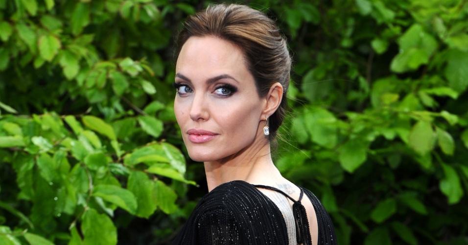 """8.mai.2014 - Angelina Jolie participa de festa beneficente com exibição de cenários e figurinos de """"Malévola"""" em Londres"""