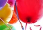 Use balões de festa e latas vazias para fazer uma experiência