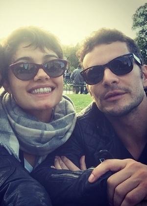 25.mai.2014- Laura Neiva mostra foto ao lado de Sophie Charlotte e Daniel Oliveira