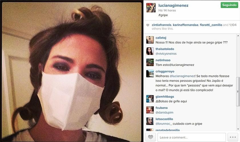 26.mai.2014 - Gripada, Luciana Gimenez mostra foto com máscara no rosto