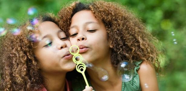 Gêmeos devem ter suas particularidades ressaltadas desde pequenos para que possam se desenvolver bem - Getty Images