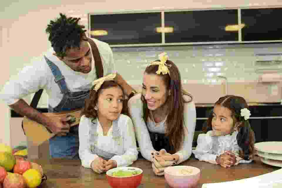 """Relançando o livro e o CD infantil """"Grandes Pequeninos - Volume 1"""", Jair Oliveira e Tania Khalill têm como foco investir em projetos para crianças baseados na convivência diária com suas filhas Isabella, 7 anos, e Laura, 3 - Divulgação"""