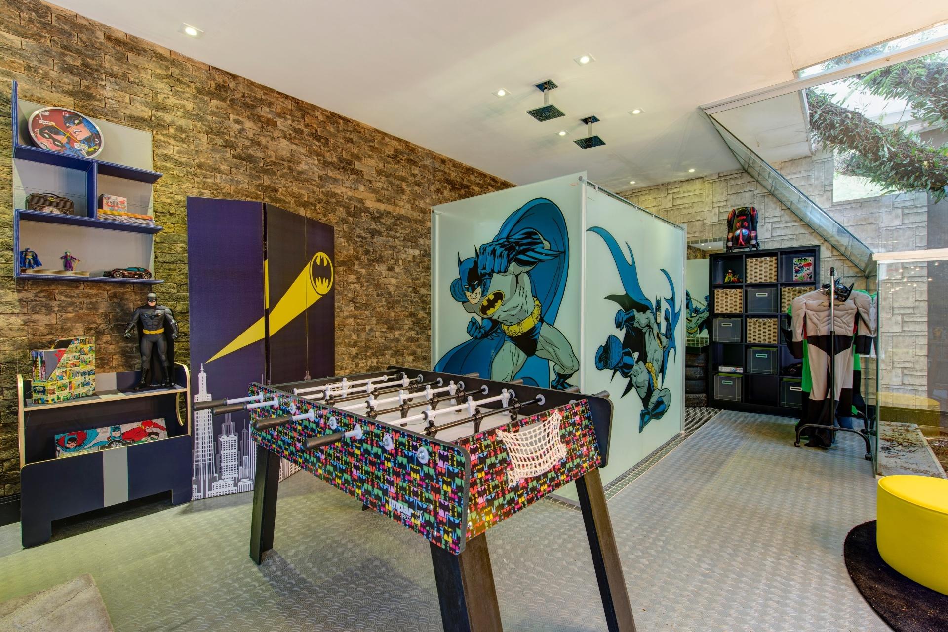A arquiteta Maite Maiani assina a Brinquedoteca, uma área de 240 m² dividida em dois ambientes: o espaço inspirado pelo Batman (foto) e outro com o tema
