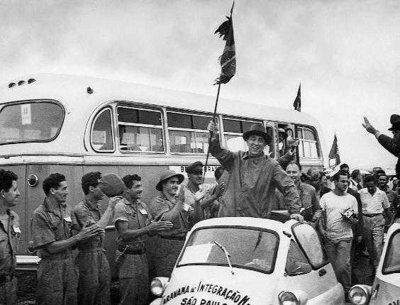 Juscelino Kubitschek e o encontro das quatro rotas da Caravana da Integração Nacional em Brasília, em 1959.
