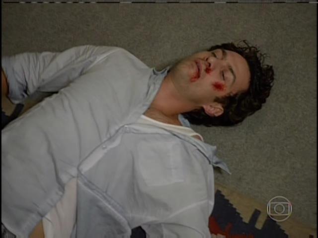 Laerte cai no chão ferido após ser agredido em briga com Virgílio, que resolve descontar a raiva de tudo o que aconteceu no passado entre eles