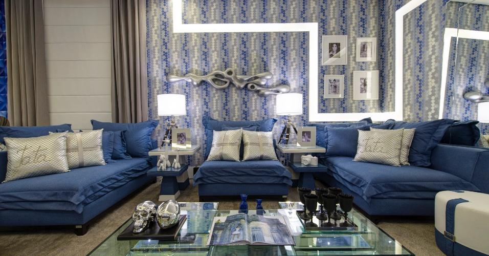 Tons de azul, combinados ao cinza, definem o Apartamento da Jovem Artista, espaço em homenagem à atriz Tatá Werneck, assinado pela designer de interiores Patrícia Hagobian. Na sala de estar, destaque para o revestimento estampado, recortado por traços iluminados na parede, e para o sofá desenhado pela designer. A 28ª edição da Casa Cor SP apresenta 79 ambientes até dia 20 de julho de 2014, no Jockey Club de São Paulo, na Av. Lineu de Paula Machado, 1173. Outras informações: www.casacor.com.br